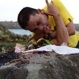 mangan jatahe di karang bolong